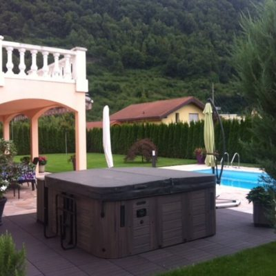 Instalación Spa jacuzzi junto piscina en montaña