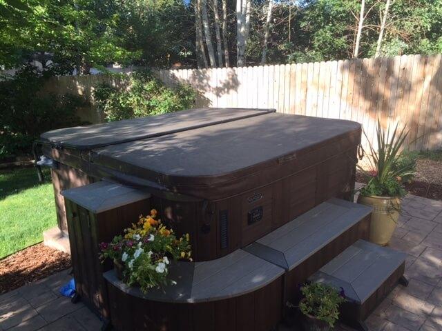 Spa jacuzzi con escalones laterales en jardín