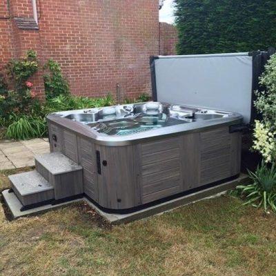 Instalación spa en jardín trasera vivienda