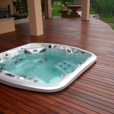 Montaje Spa Resort a nivel suelo con tarima