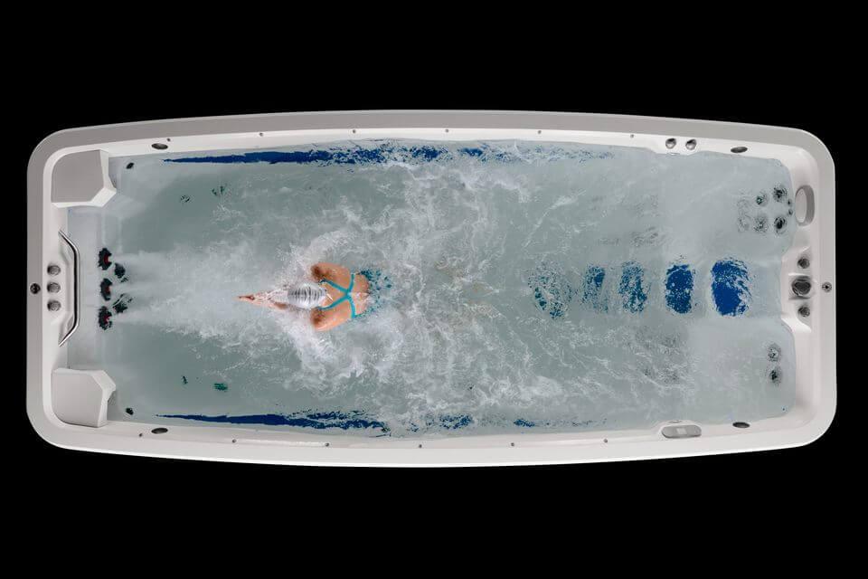 Persona nadando en Swimspa de lujo